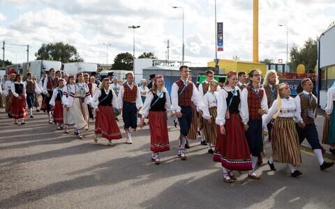 Tantsijad tutvustavad UEFA Superkarikal Eesti kultuuri