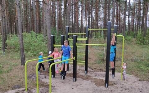 Местным детям площадка пришлась по душе.