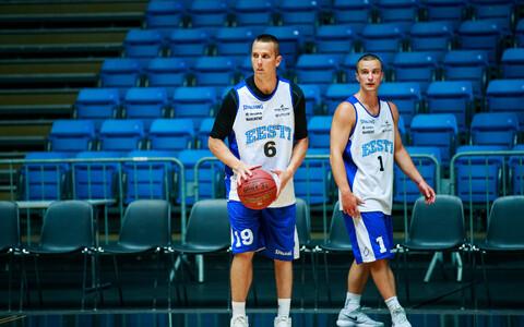 Райн Вейдеман (в центре) на тренировке сборной Эстонии.