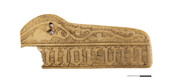 Eseme ehisliist, 15. sajandi lõpp. Keskajal kaunistati esemeid sageli luust nikerdustega või luuplaatidega, ei ole teada, mille juurde ehisplaat kuulub ja hetkel on lahtine fotol kujutatud sõnakatke _morum_ tähendus