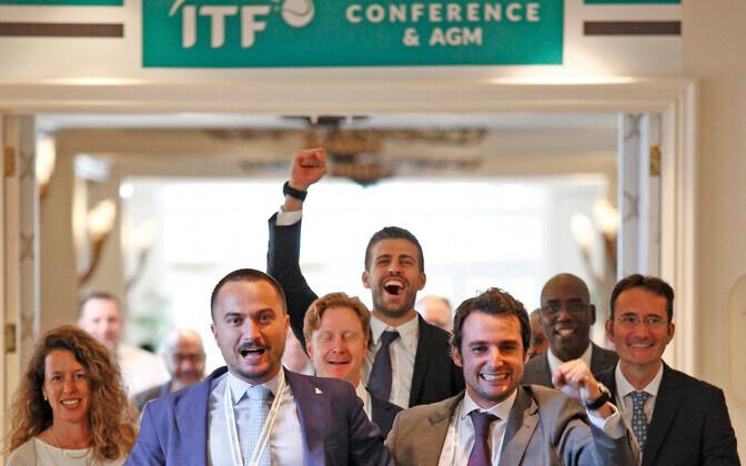 Gerard Pique (taga keskel) koos kaaslastega hääletustulemuste üle rõõmustamas.
