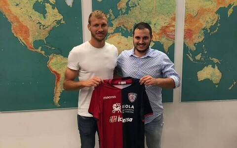 Ragnar Klavan (left) signing for Cagliari Calcio.