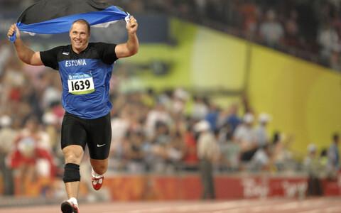 Gerd Kanter tähistas Pekingis olümpiavõitu väikese sprindiga.