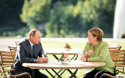 Президент России Владимир Путин и канцлер Германии Ангела Меркель значительную часть переговоров провели с глазу на глаз в парке.
