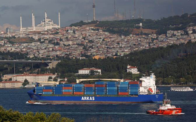 Контейнерное судно в проливе Босфор.