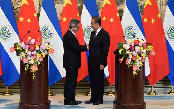 El Salvadori välisminister Carlos Castaneda kätlemas Hiina välisministrit Wang Yi-d.