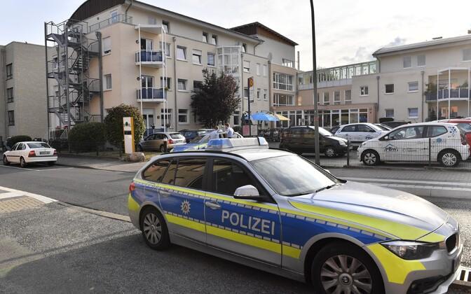 Politseinikud 21. augusti hommikul Saksamaal Ahlenis asuva vanadekodu ees, kuhu USA-st deporteeriti teise maailmasõja ajal natside koonduslaagris valvurina töötanud Jakiv Palij.