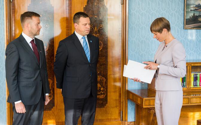 Rene Tammist (SDE), Prime Minister Jüri Ratas (Centre) and President Kersti Kaljulaid.