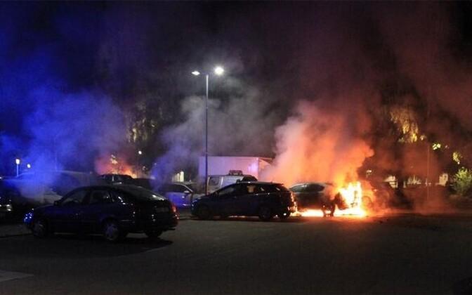 Põlevad autod Uppsalas teisipäeva hilisõhtul.