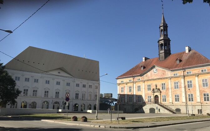 TÜ Narva kolledž ja Narva raekoda.