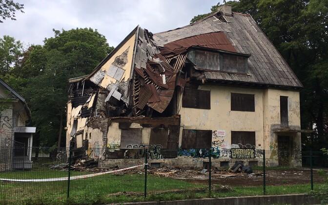 Lagunev hoone Tallinnas Narva mnt 96 pärast katuse sisse varisemist.
