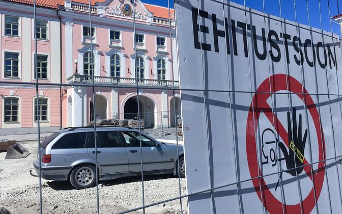 Несколько лет назад парковаться перед парламентом и вовсе было невозможно из-за ремонтных работ.