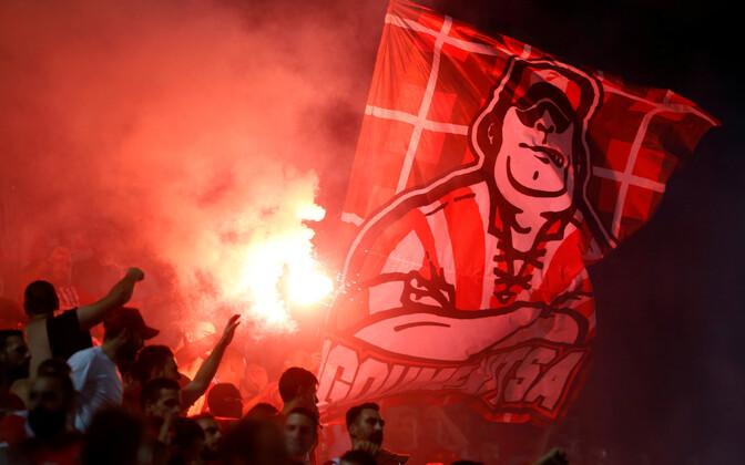 Pireuse Olympiakose fännid mängus Burnley vastu