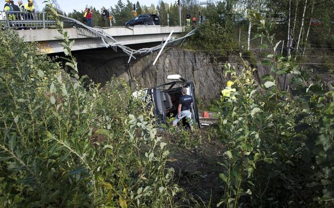 В Финляндии автобус упал с моста
