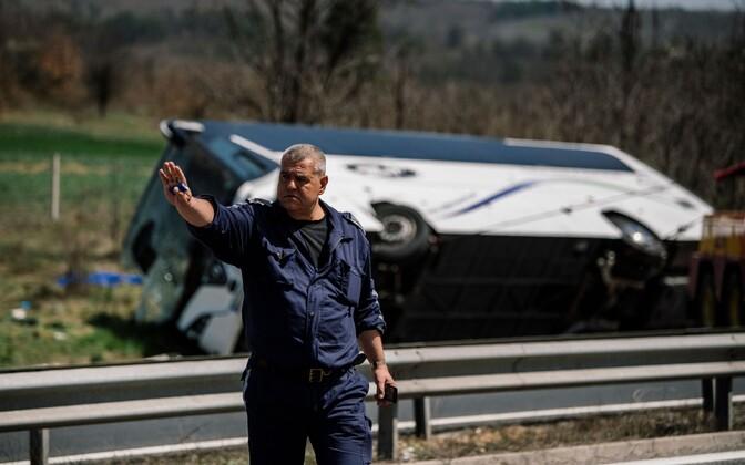 Bulgaaria politseinik aprillis avariipaigas, kus bussiõnnetuses sai surma kuus inimest.
