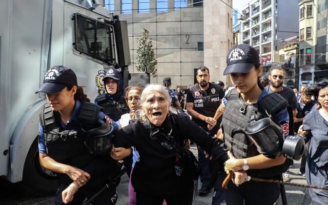 Meeleavaldaja Emine Ocac laupäeval Istanbulis politseinike vahel.