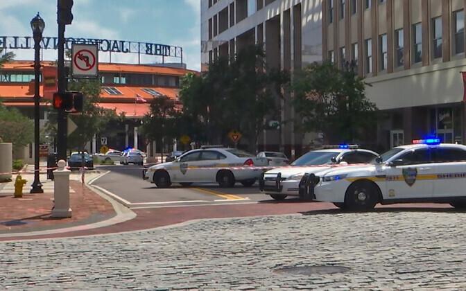 Politseiautod Jacksonville'is tulistamispaiga juures.