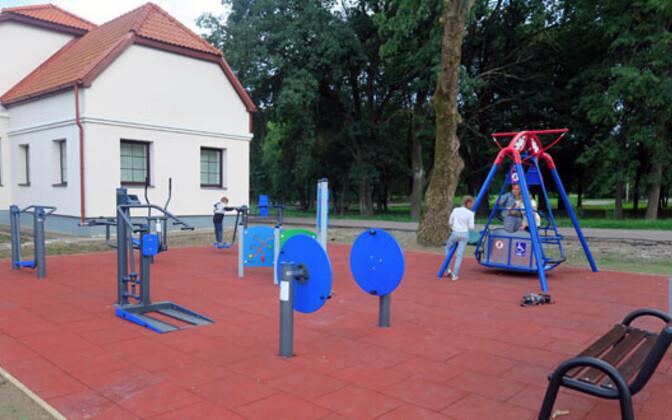 Новая детская площадка возле центра