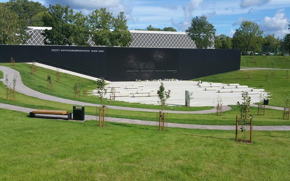 Сочетаются ли футбольный холл и мемориал? Мнения сторон разнятся.