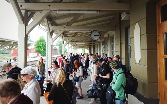Reisijad Tartu vaksalis ootamas rongi, mis põlengu tõttu ei tulnud.