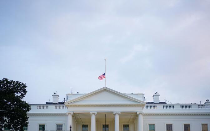 Valge Maja lipp pooles vardas.