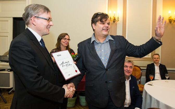 Aarne Mäe (paremal) 2015. aasta pressipreemiate jagamisel