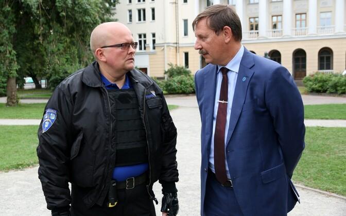 Tallinna linnapea Taavi Aas ja turvameeskonna liige Kanuti aias.