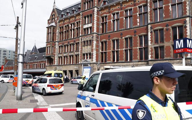 Politsei Amsterdami raudteejaama juures.