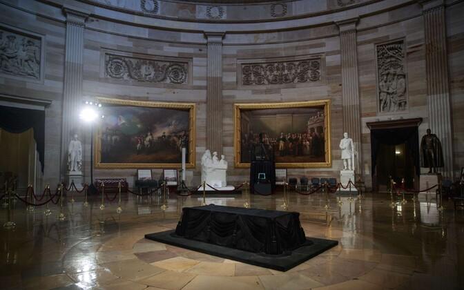 Kapitooliumi rotundas olev katafalk, millele senaator John McCaini kirst pannakse.