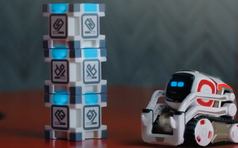 Robotid koolitunnis meeldivad õpilastele, ehkki õpetajat robot kunagi asendama ei hakka.
