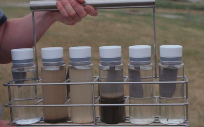 Erinevad etapid veepuhastuses. Viimane, päris läbipaistev vesi on see, mis lastakse loodusesse.