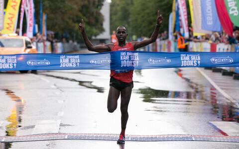 Ibrahim Mukunga Wachira võitmas Kahe Silla jooksu