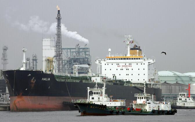 Tanker Jaapani Yokohama naftatöötlemistehase kai ääres.