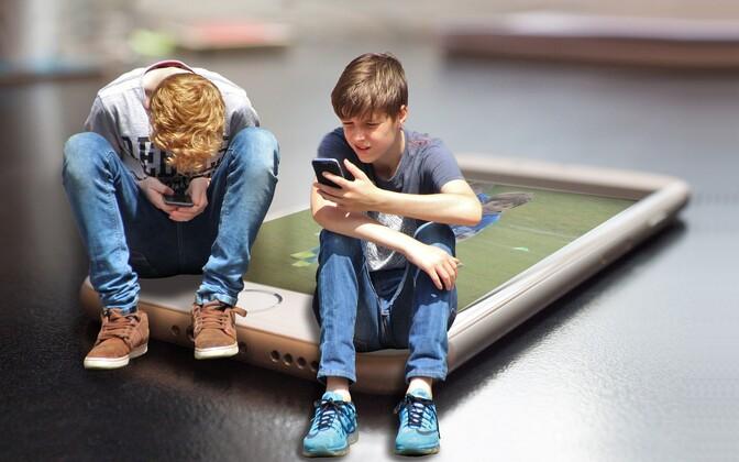 Во французских школах запретили ученикам пользоваться телефоном.