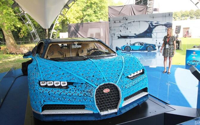 Bugatti Chiron в полный размер из деталей конструктора Lego.