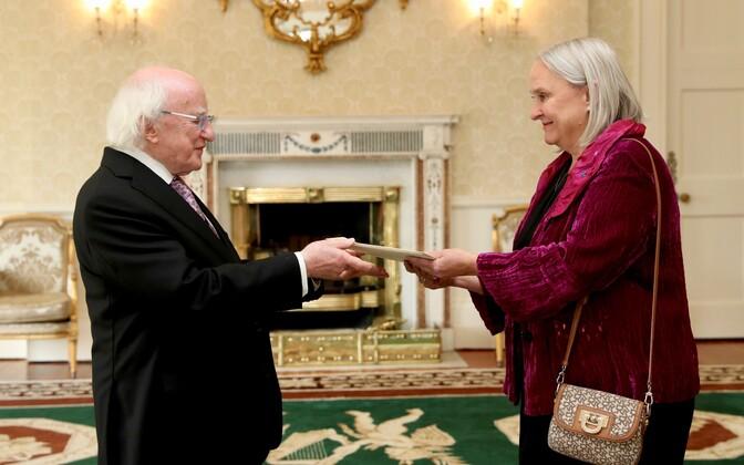 Eesti uus suursaadik Iirimaal Aino Lepik von Wirén andis üle volikirja.