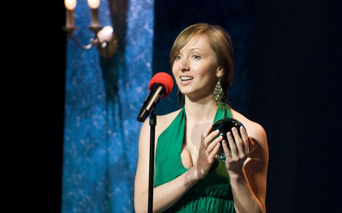 Oksana Tralla 2012. aasta teatriaasta preemiate jagamisel.