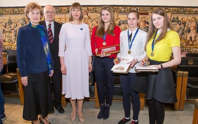 Fotol paremalt: 2017. aasta võistluse võitjad Liisa Raavel,Mia-Mai Kalda ja Rhea Rosette Tüür, president Kersti Kaljulaid ning muinasjutuvõistluse algatajad Ants ja Ann Roos.