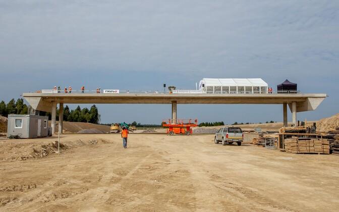 Строительство многополосного шоссе.