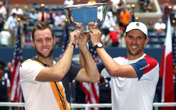 Jack Sock ja Mike Bryan US Openi võidukarikaga