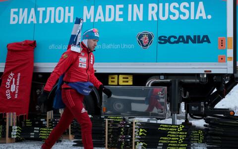 Venemaa laskesuusataja Aleksei Volkov koondise määrdebussi juures.