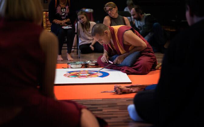 Tiibeti mungad rajasid Tallinnas Eesti sünnipäevaks liivamandala.