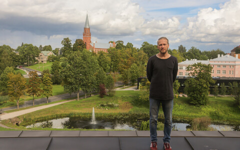 Videoinstallatsiooni avamisel esineb Ugala katusel helilooja ja kitarrist Argo Vals.