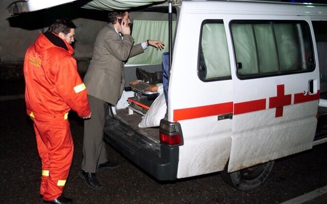 Järjekordse metanooliohvri viimine haiglasse, ülikonnas toonane Pärnu kiirabi juht Külvar Mand
