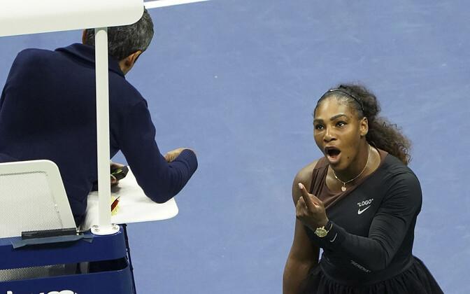 Serena Williams pukikohtunik Carlos Ramosega vaidlemas.