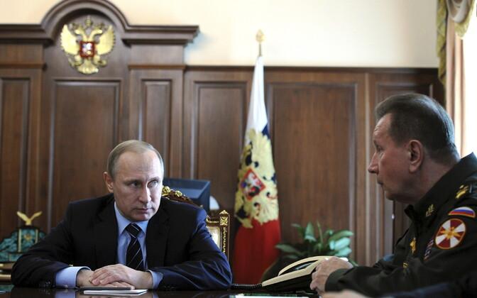 Директор Федеральной службы войск национальной гвардии РФ Виктор Золотов (справа).