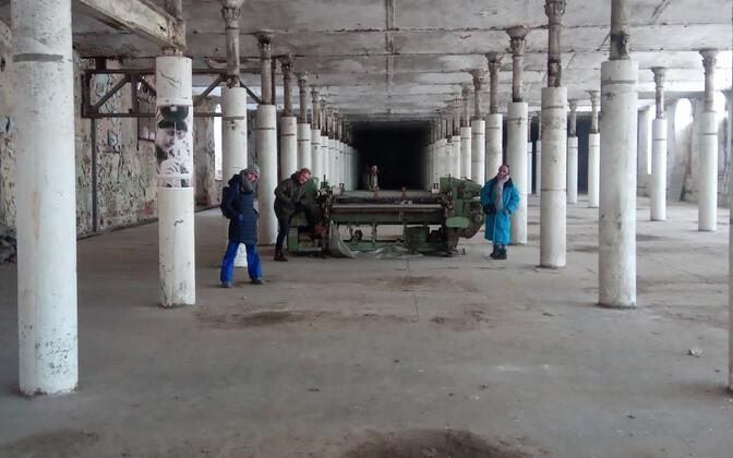 Creative Narva loodab tootmise lõpetanud ja vaikselt lagunevast Kreenholmist Narva loomelinnaku kujundada. Fotol lavastus