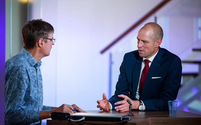 Taavi Veskimägi (right) speaking to ERR's Indrek Kiisler.