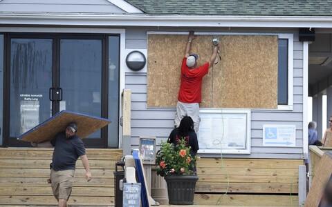 Жители США готовятся к приходу урагана.