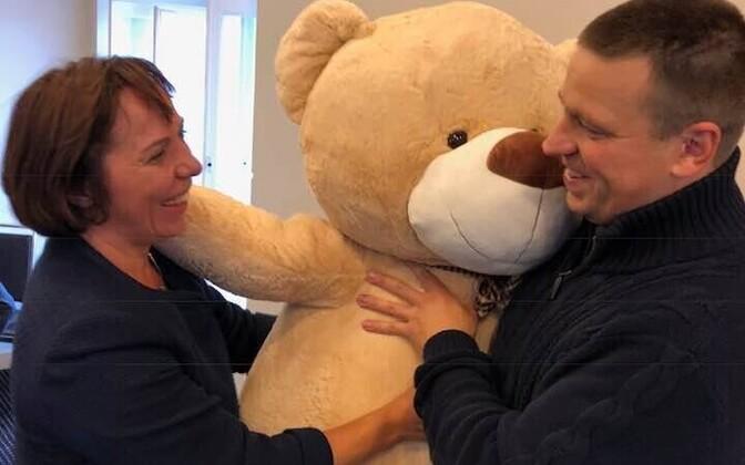 Mailis Reps Jüri Ratasele lapse sünni puhul õnne soovimas.